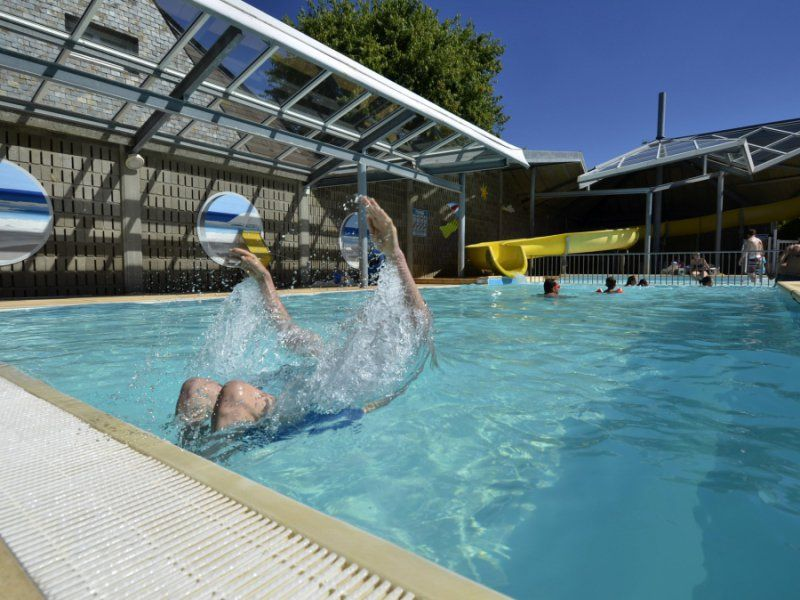 Semi-covered heated pool - 4 star campsite in southern Brittany
